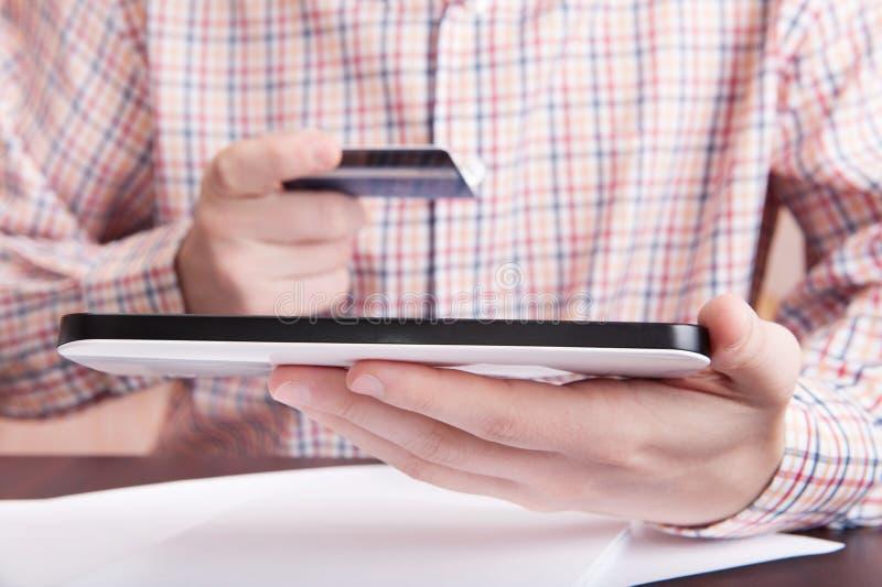Online-buying med den digitala tableten arkivbild