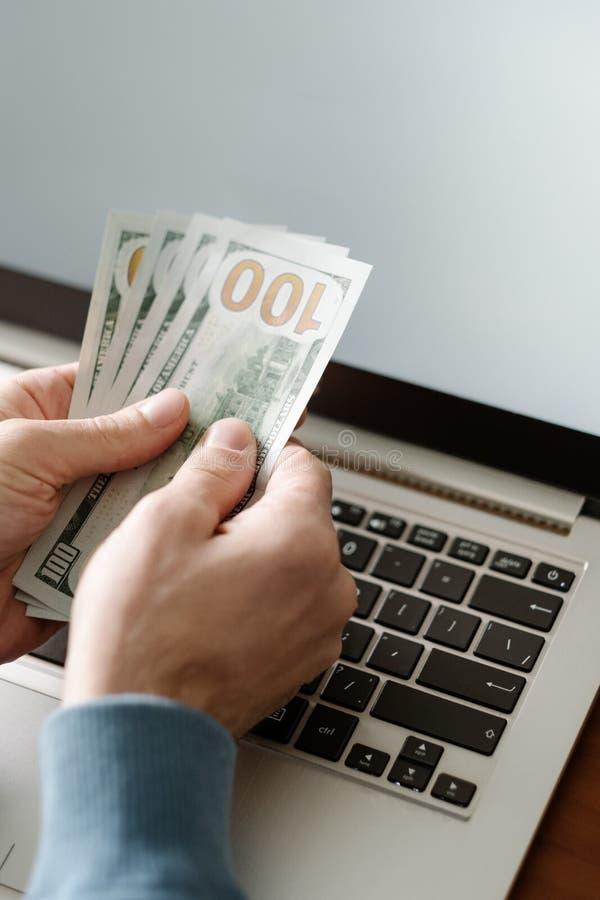 Online casino het gokken laptop van de geldweddenschap winstgeluk stock afbeelding