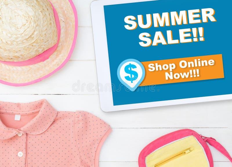 Online de zomerverkoop het winkelen opslag op tabletwinkel online stock afbeelding