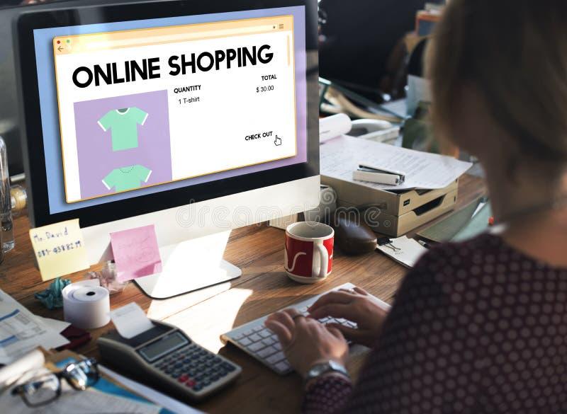 Online-Digital för detaljhandel för internet för shoppingköpandevagn begrepp royaltyfria bilder