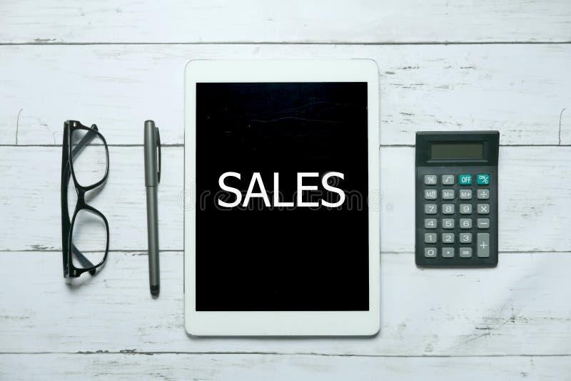 Online-digitalt begrepp för teknologi för försäljningskommersaffär Bästa sikt av exponeringsglas, räknemaskinen, pennan och minne royaltyfria bilder