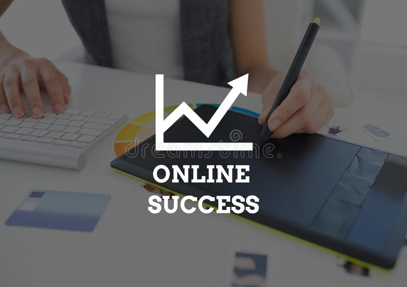 Online-framgångtext mot händer med diagramminnestavlan royaltyfri illustrationer