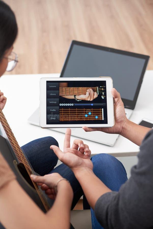 Online gitary lekcja zdjęcia stock