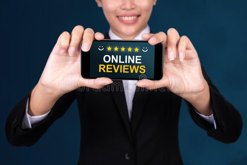 Online-granskningbegrepp, online-varv för lycklig affärskvinnaShow text royaltyfria bilder