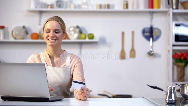 Online-härlig kvinnlig köpande mat, lämplig online-tjänst, snabb leverans arkivbild
