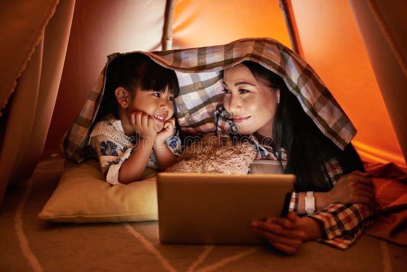 Online-hållande ögonen på TV-program royaltyfri foto