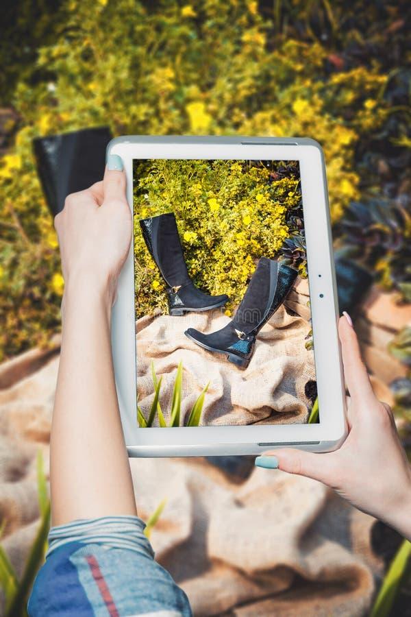 Online het kopen laarzen, de laarzenverkoop van vrouwen stock afbeelding
