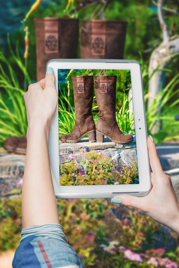 Online het kopen laarzen, de laarzenverkoop van vrouwen royalty-vrije stock afbeeldingen
