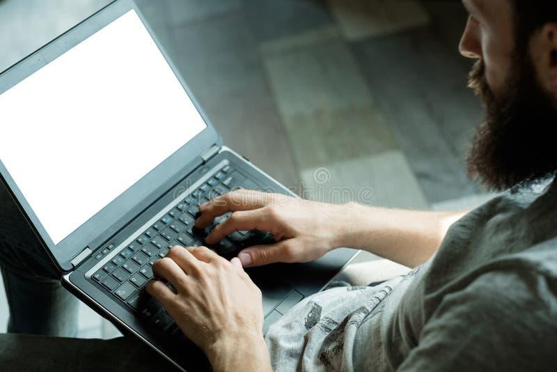 Online het het type van software-ontwikkelingmens laptop stock afbeelding