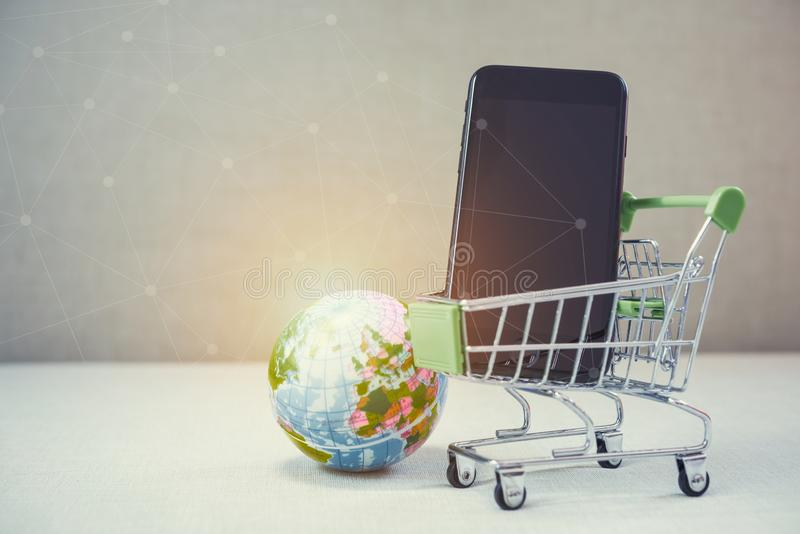 Online het winkelen achtergrond E-commerce marketing technologie, boodschappenwagentje op gestapelde mobiel, tablet en laptop met royalty-vrije stock foto's