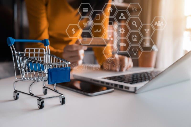 Online het winkelen concept, vrouw die online winkelen stock afbeelding