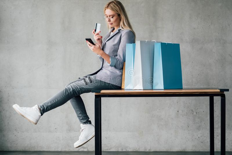 Online het winkelen smartphonezak van de creditcardbetaling stock fotografie