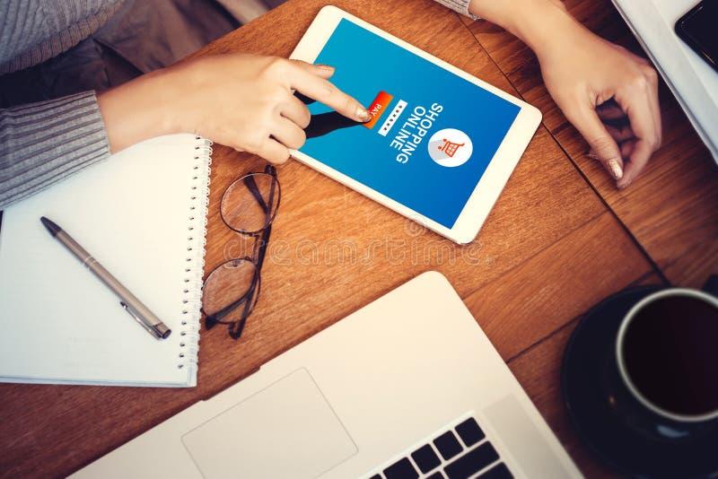 Online het winkelen website op het tabletscherm met vrouwelijke handen royalty-vrije stock foto's