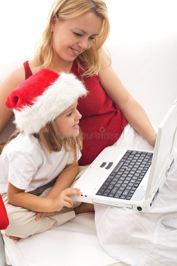Online het zoeken naar de perfecte Kerstmisgift royalty-vrije stock afbeeldingen
