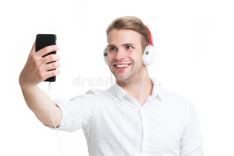Online-Im tillbaka silhouette för musik för man för hörlurventilatorlampa Den stiliga mannen lyssnar till musik i hörlurar Affärs royaltyfria bilder