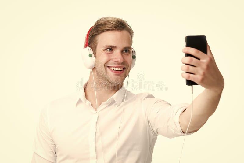Online-Im tillbaka silhouette f?r musik f?r man f?r h?rlurventilatorlampa Den stiliga mannen lyssnar till musik i h?rlurar Aff?rs royaltyfri bild