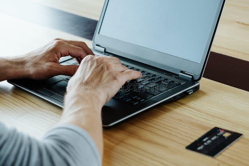 Online-inkomst tjänar bärbara datorn för pengarinternetmaskinskrivning royaltyfri bild