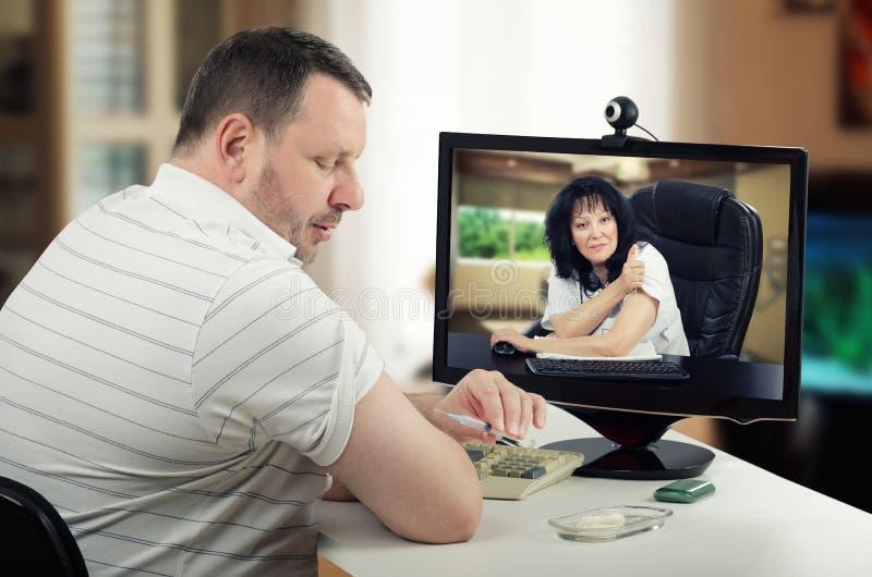 Online-intramuscular själv-injektion under att korrigera för telehealth royaltyfri bild