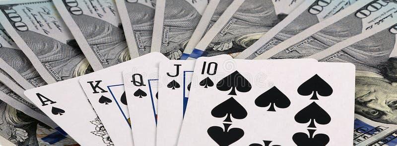 Online-kasino som spelar pokerkort arkivbilder