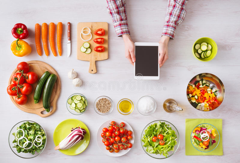 Online kucharstwo app z kuchennym worktop obraz stock