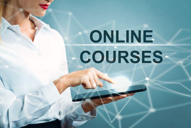 Online-kurstext med affärskvinnan arkivbild