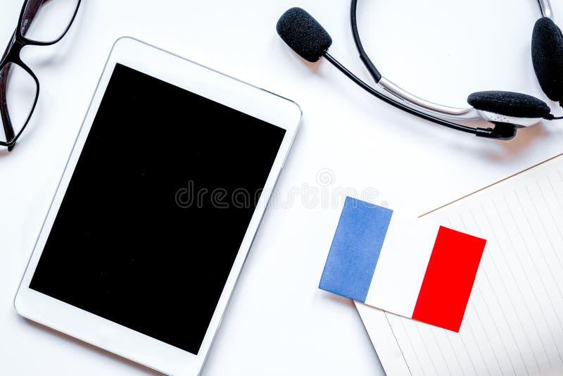 Online-livsstil för språkskola på vit tabellbakgrundsöverkant V arkivbilder