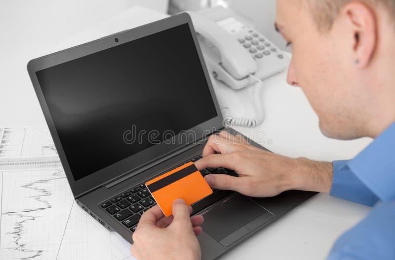 Online-manshopping Fotografering för Bildbyråer