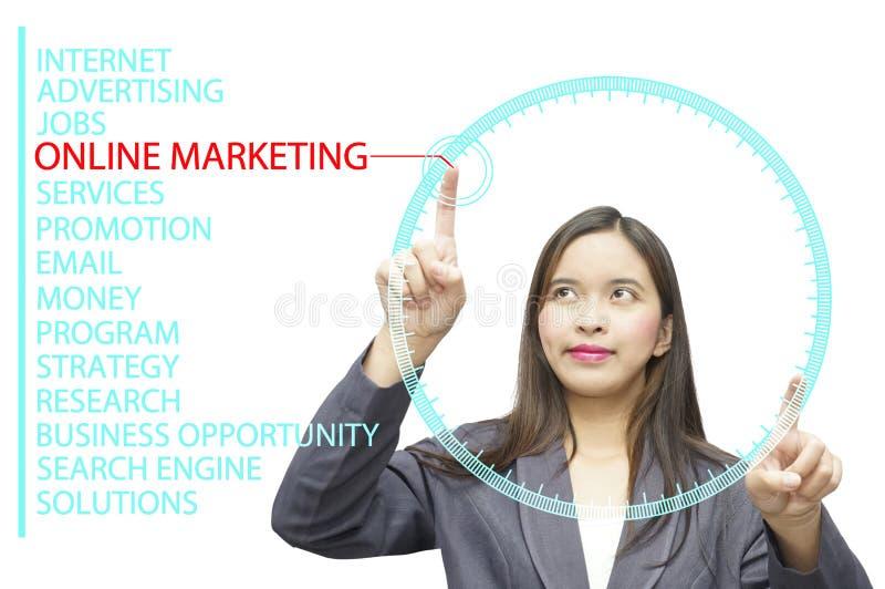 Online Marketing sleutelwoorden op de computer van de glasraad stock foto's