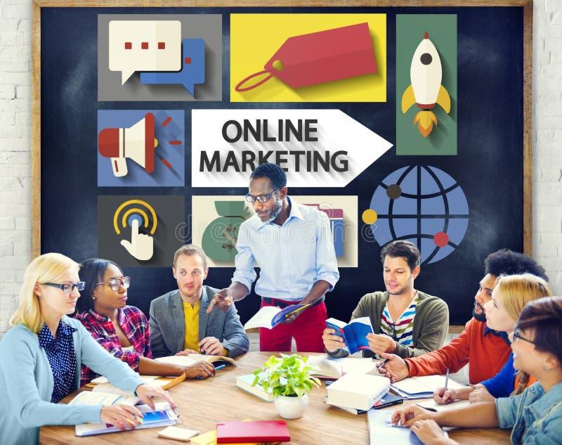 Online-Marketing, welches die globale Kommunikation analysiert Konzept einbrennt stockbild