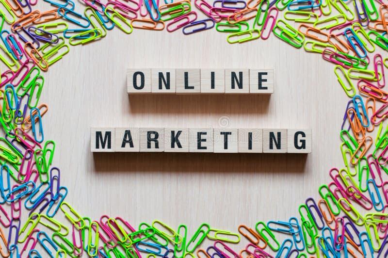 Online-marknadsföra ordbegrepp på kuber arkivfoton