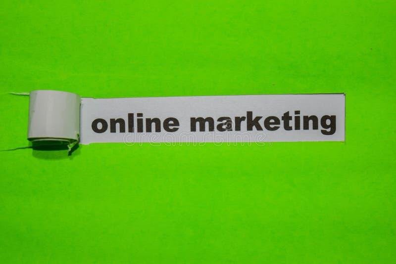 Online-marknadsföring, inspiration och affärsidé på grönt sönderrivet papper royaltyfria foton