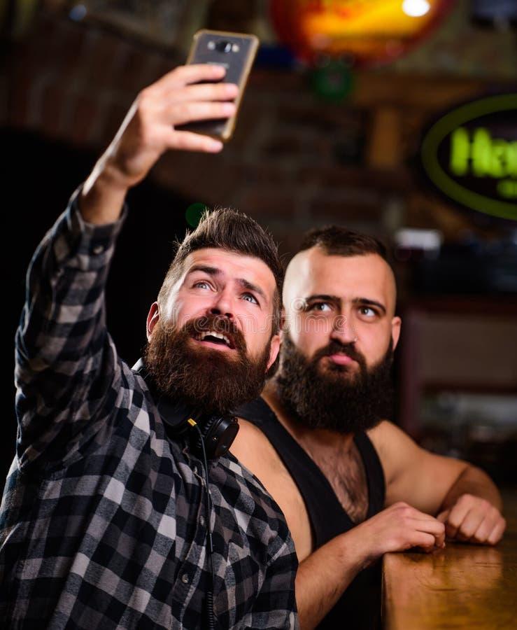 Online mededeling De greepsmartphone van mensen gebaarde hipster Het nemen van selfie concept Verzend selfie naar vrienden social royalty-vrije stock foto's