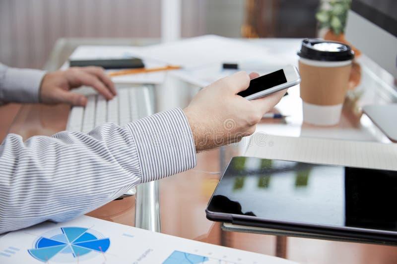 Online mededeling over de telefoon stock foto's