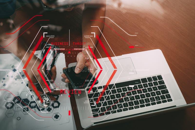 Online Medycznych przeglądów Szacunkowy pojęcie z komputerowym halogram zdjęcia stock