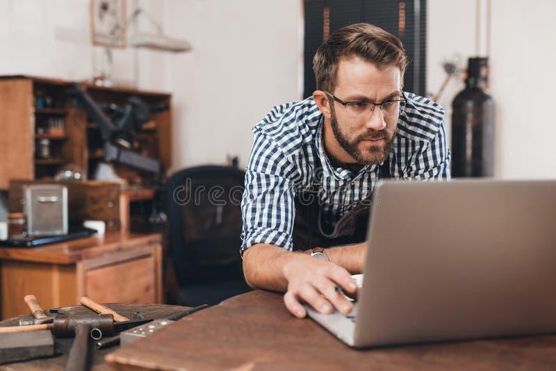 Online nemend zijn juwelenwinkel stock foto