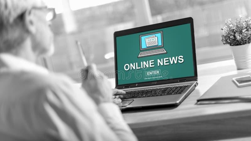 Online nieuwsconcept op het laptop scherm royalty-vrije stock foto
