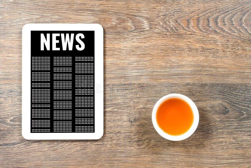 Online-nyheterna på den vita digitala minnestavlan arkivbild