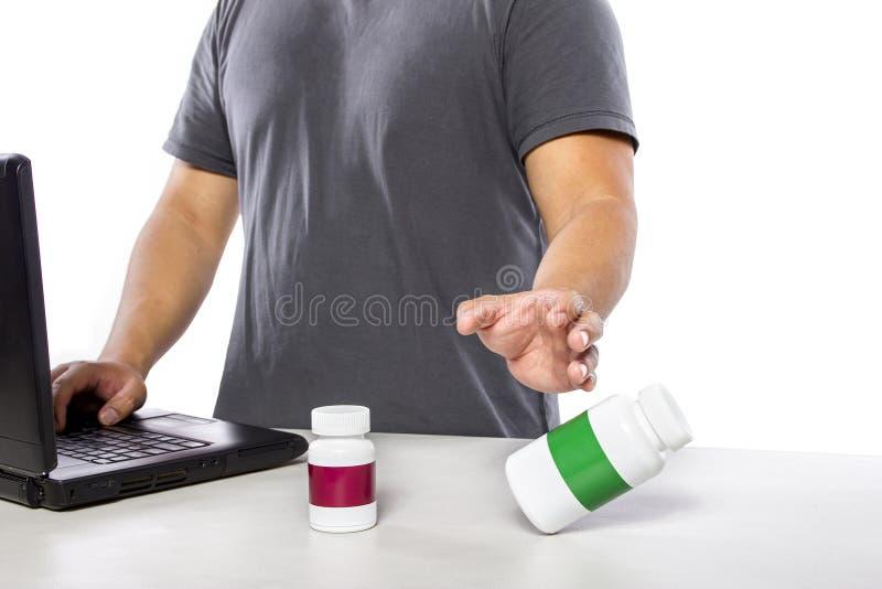 Online onderzoekend Supplementmerken stock afbeeldingen