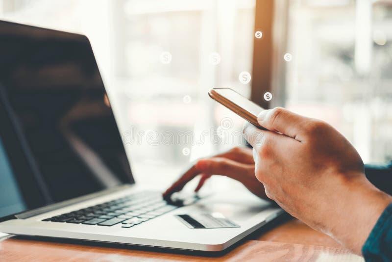 Online-packa ihopaffärsman som använder smartphonen med kreditkortshopping online-Fintech och Blockchain begrepp royaltyfri bild
