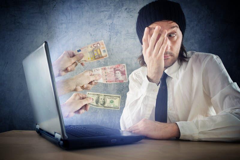 Online-pengarfonder, förvånad affärsmanhälerikassa över in arkivfoto