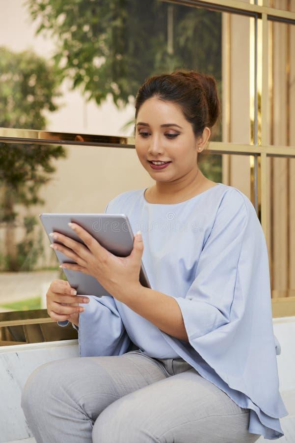 Online praca na pastylka komputerze osobistym zdjęcia royalty free
