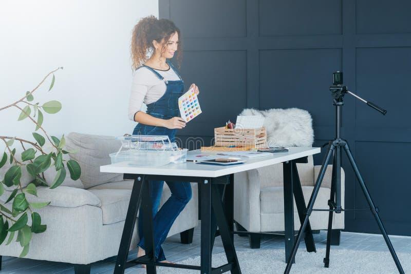 Online-provkarta för färg för målarfärg för dam för konstgrupp fotografering för bildbyråer