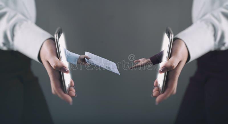 Online rekrutering Één wapen het bereiken uit hervat uit smartphone royalty-vrije stock afbeeldingen