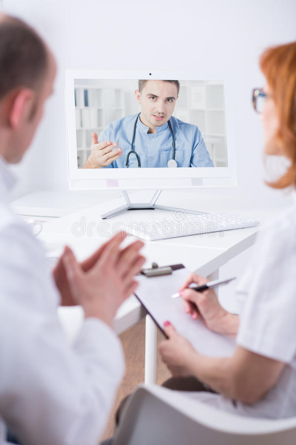 Online rozmowa między ekspertami medycznymi zdjęcia royalty free