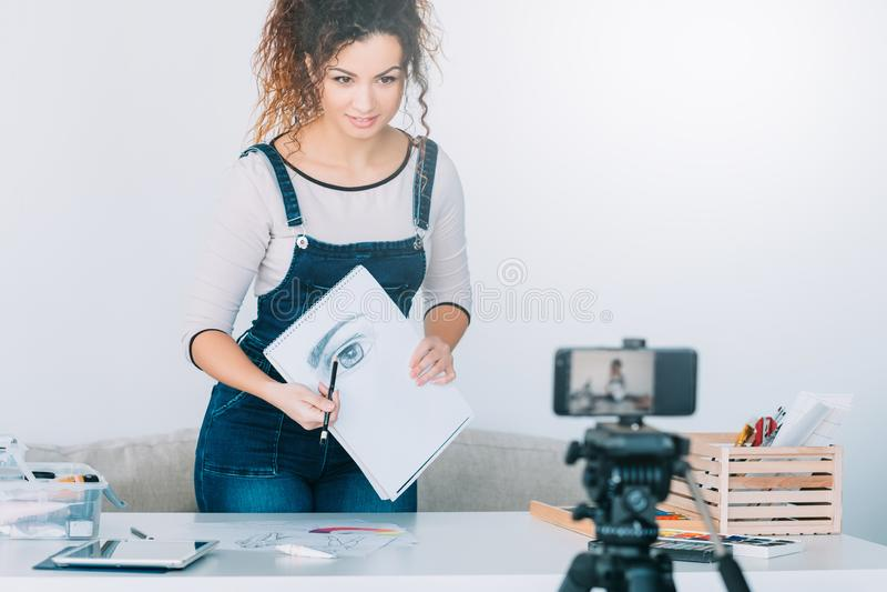 Online rysunkowy kursowy artysty smartphone nakreślenie zdjęcia stock