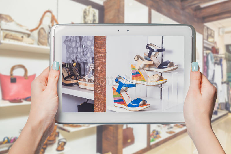 Online schoenopslag, online verkoop stock foto