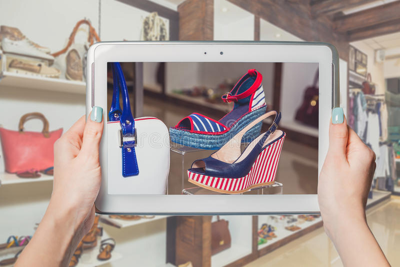 Online schoenopslag, online verkoop royalty-vrije stock afbeeldingen