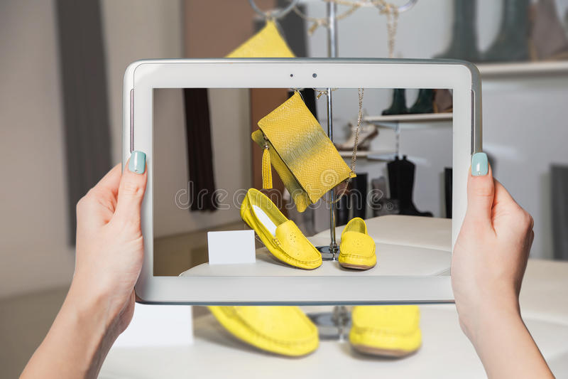 Online schoenopslag, online verkoop stock afbeeldingen
