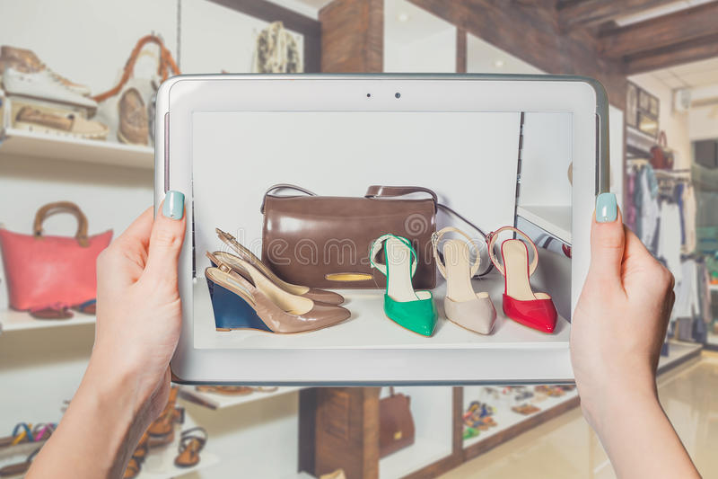 Online schoenopslag, online verkoop stock foto's