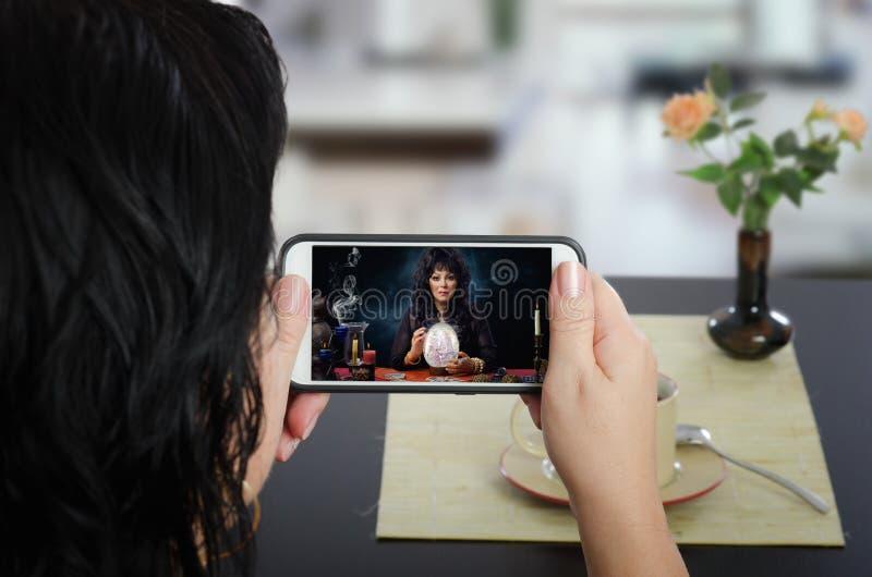 Online, scrying auf mit Berührungseingabe Bildschirm des Handys lizenzfreies stockfoto